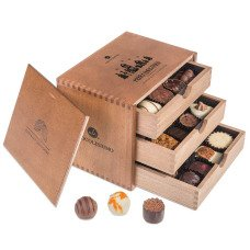 chocolate pralines in a wooden box, Christmas pralines, Christmas chocolate box, wooden box for Christmas, milk chocolate for Christmas